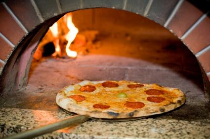 Pizza la cuptor cu lemne